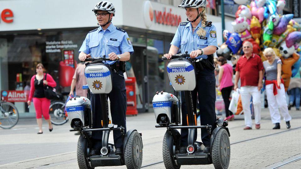 Segways - hier in Kassel - werden als Fortbewegungsmittel für Polizisten beliebter