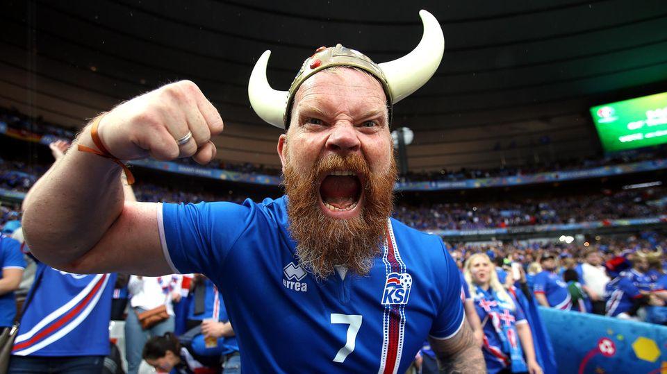 Voll dabei: Ein Fußballfan der isländischen Nationalmannschaft mit Wikingerhelm bei der EM 2016 in Frankreich.