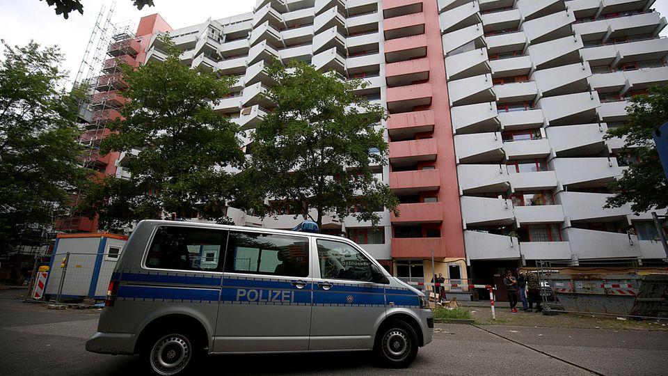 Ein Polizeifahrzeug steht vor dem Wohnhaus Osloerstr. 3. Ein festgenommener Tunesier soll hier biologische Waffen in seiner Wohnung hergestellt haben.