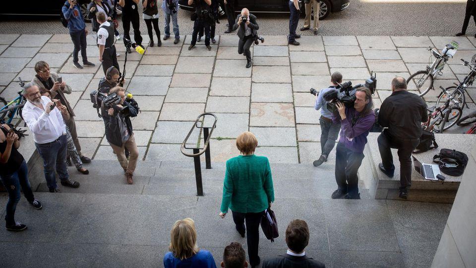 Immerhin ein Erfolg für Angela Merkel: Bei allem Streit in der Großen Koalition haben die großen Parteiendurchgesetzt, dass sie künftig deutlich mehr Geld vom Staat bekommen. HeftigenWiderstand gab es von der Opposition - die allerdings auch profitiert.