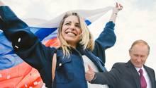 Frau mit Russlandflagge und Wladimir Putin.