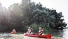 Kanutour mitdrei Kindern auf dem Strom:Familie Drafpaddelt aufder Donau.
