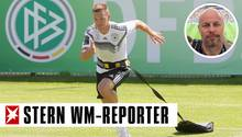 Im Trainingsdress des DFB läuft Joshau Kimmich mit einem Gewicht hinter sich über einen Fußballplatz