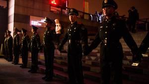 Die chinesischen Polizisten tragen altmodische Uniformen, setzen aber die modernste Überwachungstechnik ein.
