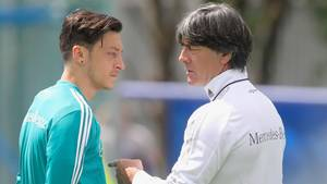 Laut einem bericht gibt Jogi Löw (r.) heute Mesut Özil (l.) den Vorzug vor Marco Reus