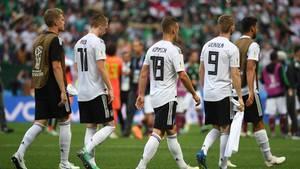 Nach der Auftakt-Niederlage gegen Mexiko gehen die deutschen Spieler geknickt vom Platz