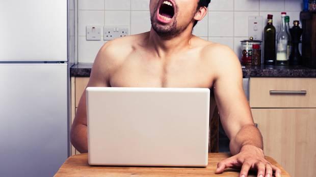 Mann masturbiert am Küchentisch