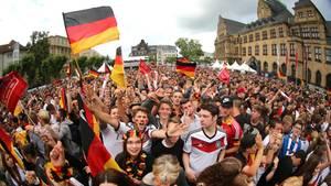 Nachrichten aus Deutschland: Zuschauerbeim Public Viewing vor dem Rathaus in Recklinghausen