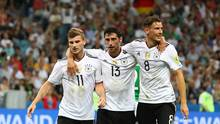 Arm in Arm gehen Timo Werner, Lars Stindl und Leon Goretzka nach dem 3:0 durch Stindl gegen Mexiko über den Platz