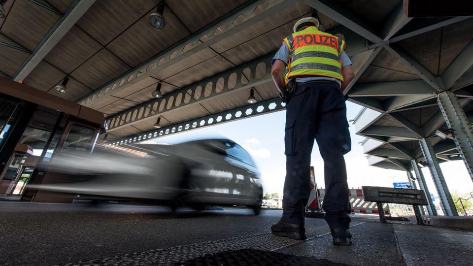 Übergangslösung im Asylstreit: Wer eine Einreisesperre hat, soll in Zukunft an der Bundesgrenze zurückgewiesen werden