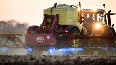 Ein Bauer versprüht unter anderem Glyphosat von Monsanto auf seinen Feldern