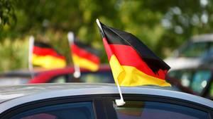 Haus voller Deutschland-Flaggen