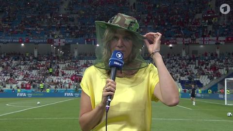 ARD-Moderatorin Julia Scharf wehrte sich während der Vorberichterstattung mit einem Mückenschutz gegen die Insekten