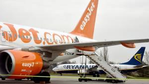 Maschinen der Billigflieger Easyjet und Ryanair