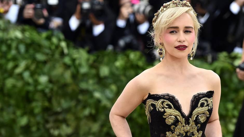 Emilia Clarke in einem Kleid