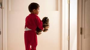 Ein kleiner Junge macht sich nachts auf Entdeckungstour durch Sonneberg.