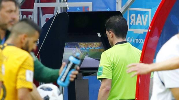 Ein Schiedsrichter bei der Überprüfung einer strittigen Szene der Fußball-WM 2018