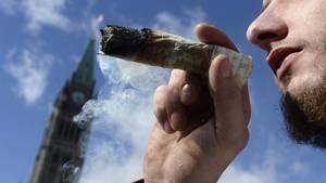 Ein Mann raucht einen Joint in Ottawa.Kanada hat als erstesIndustrieland der Welt Cannabis legalisiert.