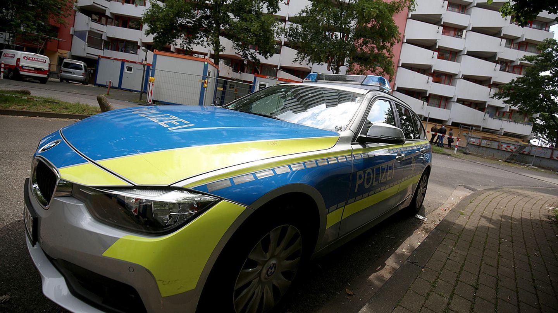 Köln: Ein Polizeifahrzeug steht vor dem Wohnhaus des festgenommenenTunesiers, der offenbar einen Anschlag geplant hat