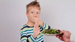 Junge mag keinen Salat