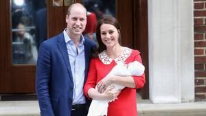 20. Juni 2018  Tauftermin für Prinz Louis steht fest  Am 23. April wurde das dritte Kind von Prinz William und seiner Frau Kate geboren. Dass der kleine Prinz auf den Namen Louis hört, ist bereitsbekannt. Nun steht auch fest, wann der Junge getauft wird: Die Zeremonie findet am 9. Juli in der Kapelle des St James Palastes in London statt. Das verkündete der Kensington Palast via Twitter. Die Taufe wird der Erzbischof von Canterbury, Justin Welby, vornehmen. Louis' Bruder, Prinz George, wurde ebenfalls im St James Palast getauft. Die Taufe von Prinzessin Charlotte hingegen fand in Sandringham statt. Fans der royalen Familie dürften sich freuen, dass derkleineLouis zwei Monate nach seiner Geburt wieder zu sehen sein wird.