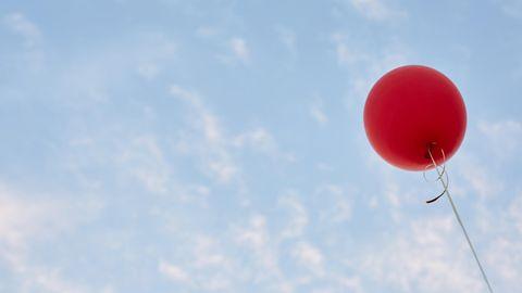 Ein Ballon fliegt hoch in den Himmel
