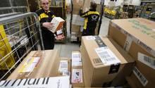 DHL-Fahrer mit vielen Paketen