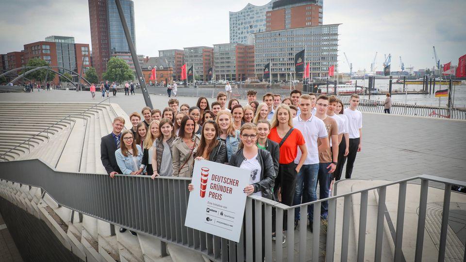 Deutschlands beste Schüler-Gründer bei der Siegerehrung in Hamburg.