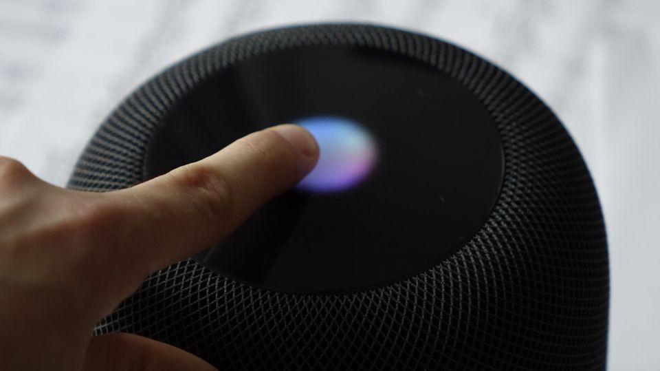 Drückt man auf das Touchdisplay auf der Oberseite, leuchtet ein bunter Kreis auf - und Siri hört zu.