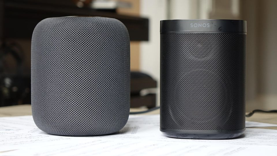 Apples HomePod (links) im Größenvergleich mit dem Sonos One.