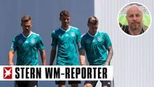 Joshua Kimmich, Thomas Müller und Toni Kroos stehen im grünen Trainingstrikot auf einem sonnigen Trainingsplatz