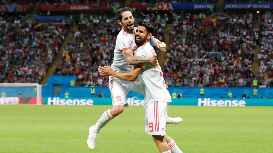 Diego Costa aus Spanien (r.) freut sich mit Iscoüber sein Glückstor