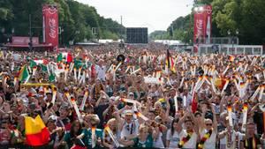 Deutsche Fans feiern am Brandenburger Tor
