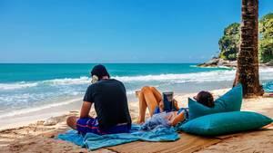Vorsicht ist geboten beim Umgang mit dem Smartphone am Strand.
