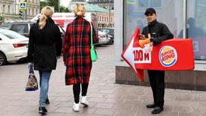 Ein lebender Werbetraeger von Burger King weist den Passanten in der Moskauer Innenstadt den Weg