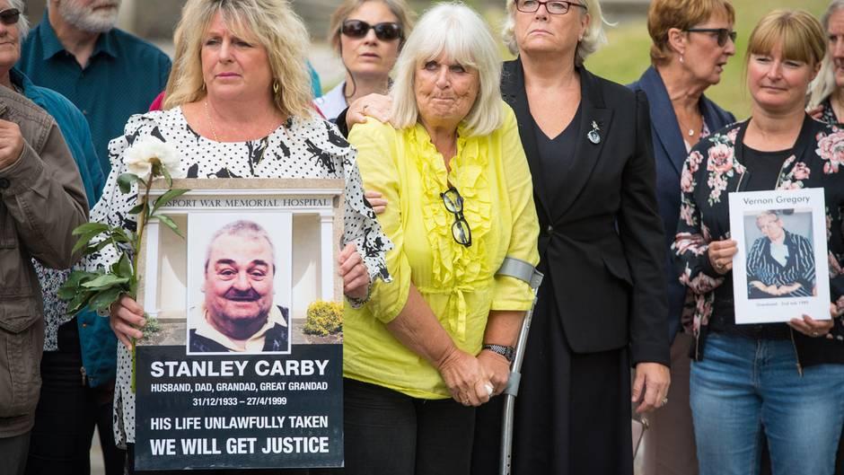 In England demonstrieren Angehöriger der verstorbenen Patienten