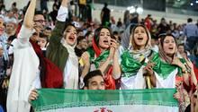 Und so sah es innerhalb des Azadi-Stadions aus: Viele Frauen hatten sich zum Public Viewing eingefunden, um zeitgleich mit ihren Landsfrauen in Kasan die iranische Nationalmannschaft zu unterstützen. Ein Sieg trotz der Niederlage des iranischen Teams.