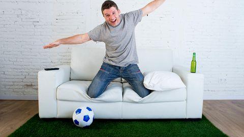 Mann feiert WM in Wohnzimmer