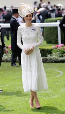 Herzogin Kate bei ihrem Ascot-Besuch im Jahr 2016. Sie trägt das violette Namensschild.