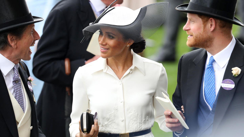 Prinz Harry trägt sein Namensschild am Revers, Meghan ihres unpassenderweise auf der Tasche