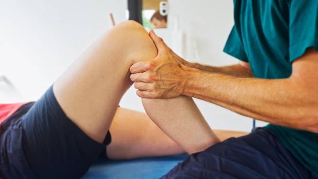 Instabilitäten nach Kreuzbandrissen können Orthopäden mit geübten Handgriffen feststellen