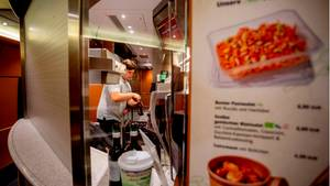 Wie die Currywurst auf den Zug kommt? Mit Justin Wray, der Lebensmittel im Bordrestaurant sortiert