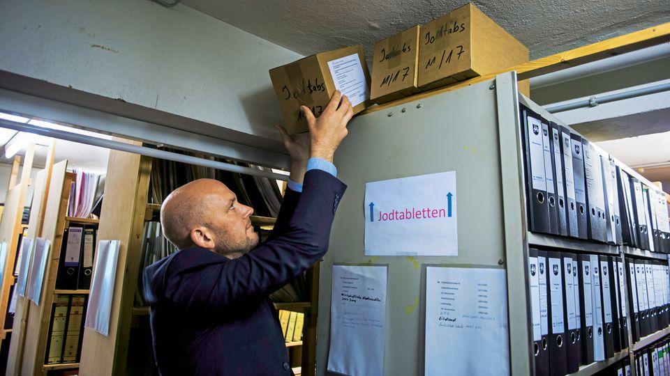 Im Keller des Rathauses von Roetgen lagern drei Pakete mit Jodtabletten. Bürgermeister Klauss will sie im Ernstfall selbst im Foyer des Rathauses ausgeben