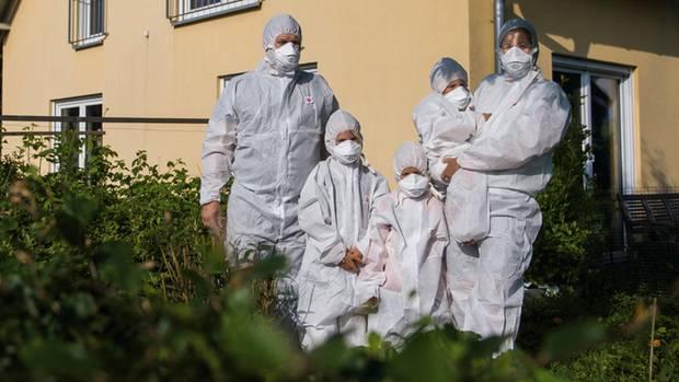 Üben für die atomare Katastrophe: Weil der schützende Stahl im Tihange mehr als 3000 Risse aufweist, probt Familie Masannek den Ernstfall