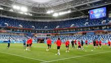 Die serbischeNationalmannschaft beim Abschlusstraining im Stadion von Kaliningrad
