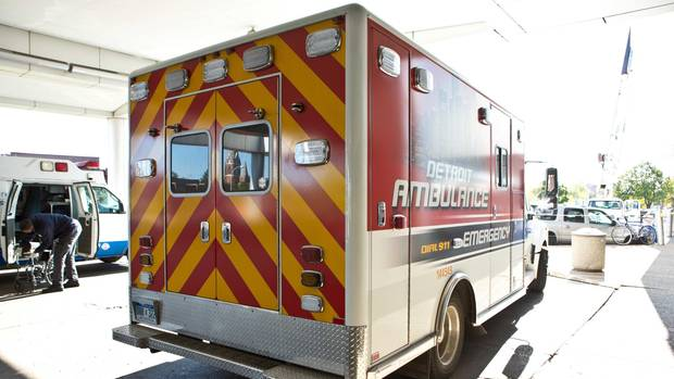 Abgebildet ist ein Krankenwagen aus Detroit. Der Vorfall ereignete sich in einem Vorort der Großstadt in Michigan.