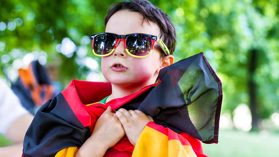 Junge in Deutschlandflaggen-Outfit