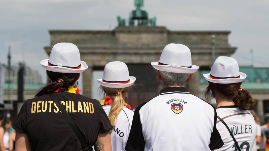 Fans im Deutschland-Trikot am Brandenburger Tor