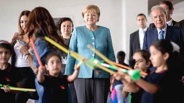 Bundeskanzlerin Angela Merkel mit spielenden Kindern in der Doppelschicht-Schule in Beirut