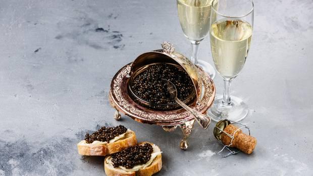 Kaviar  In Kombination mit Wodka oder Sekt wird Kaviar meist zu Silvester verzehrt. In der russischen Küche hat er eine außergewöhnliche Stellung. Er gilt als Prestigeobjekt für das Ausland.
